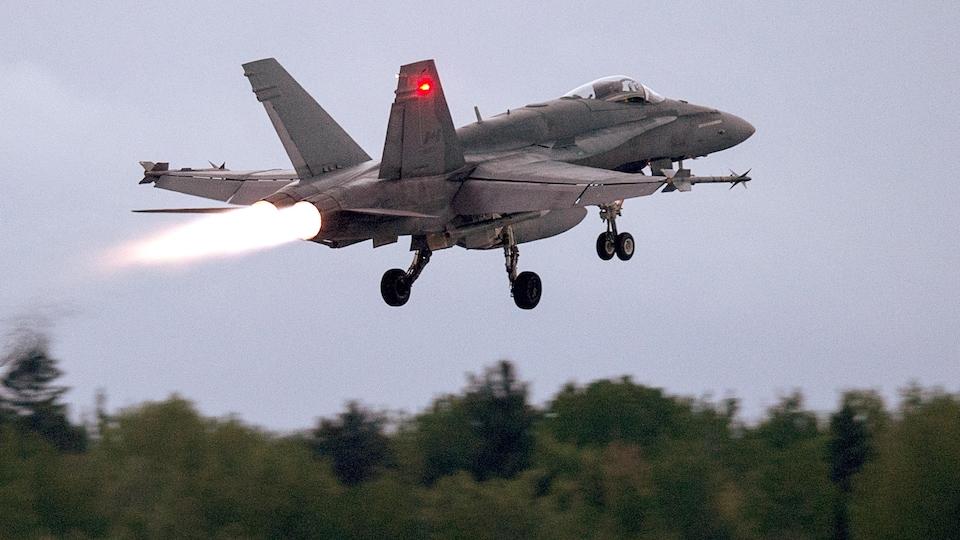 UN CF-18 décolle.