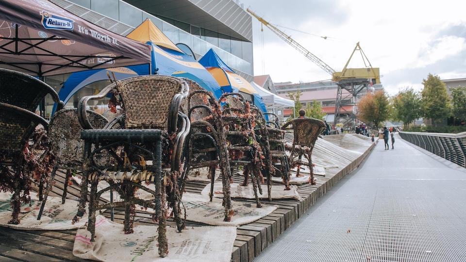 Plusieurs chaises empilées.