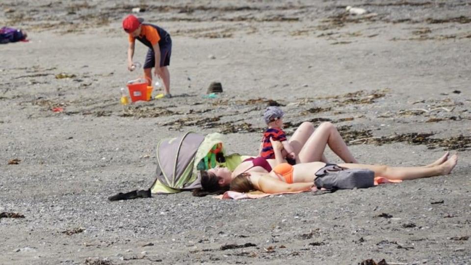 Des vacanciers sur la plage de Sainte-Luce au Bas-Saint-Laurent.