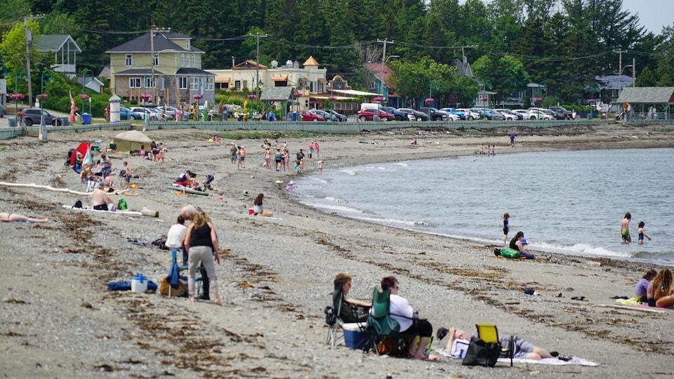 Des vacanciers sur la plage de Sainte-Luce, au Bas-Saint-Laurent.
