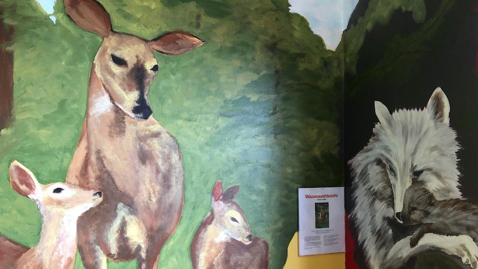 Des animaux sont peints sur les murs ainsi qu'au plafond.