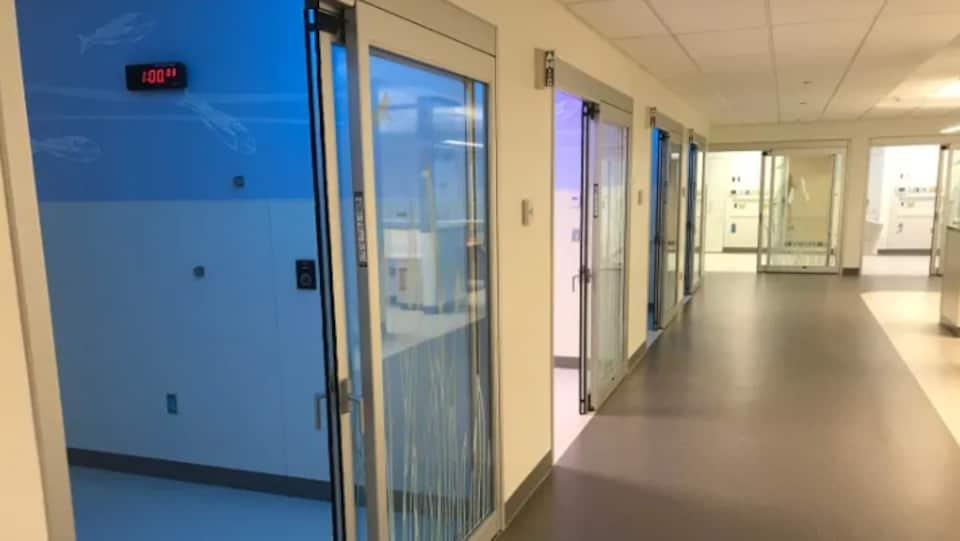 Un corridor d'un hôpital avec des chambres.