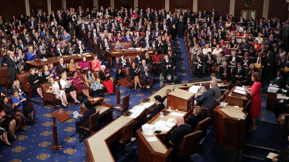 Des élus américains sont assis à la Chambre des représentants.