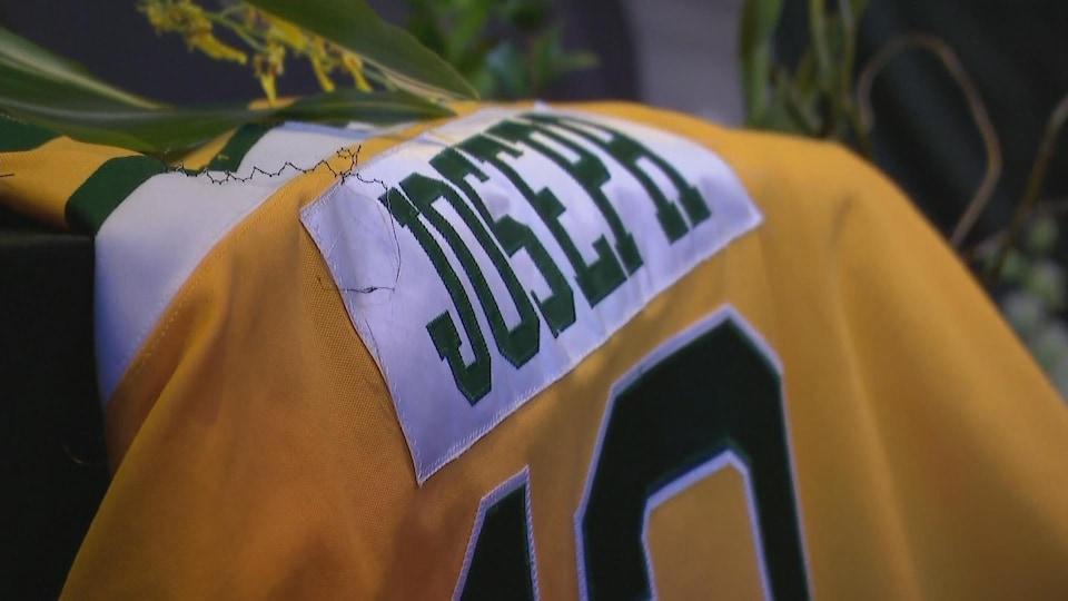 Gros plan sur le nom de Joseph à l'arrière de son chandail des Broncos.