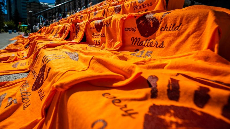 Des tee-shirts orange étalés sur les marches du Parlement provincial de Victoria.