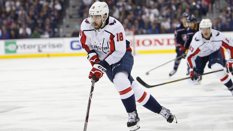 Chandler Stephensen lors d'un match de hockey avec les Capitals de Washington.