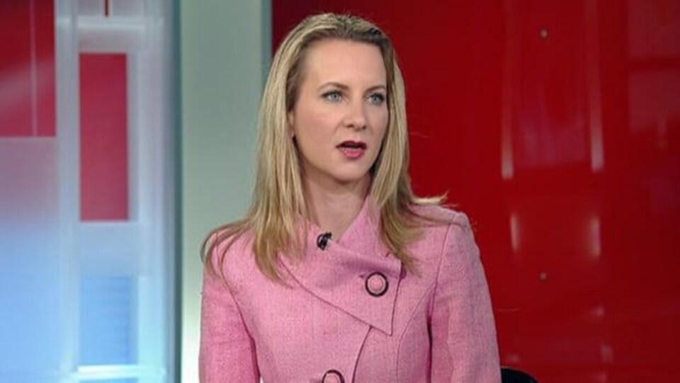 Chantal Desloges, une avocate spécialisée en immigration, en entrevue sur un plateau de télévision.