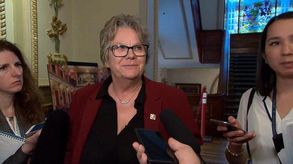 Chantal Rouleau répond aux questions des journalistes.