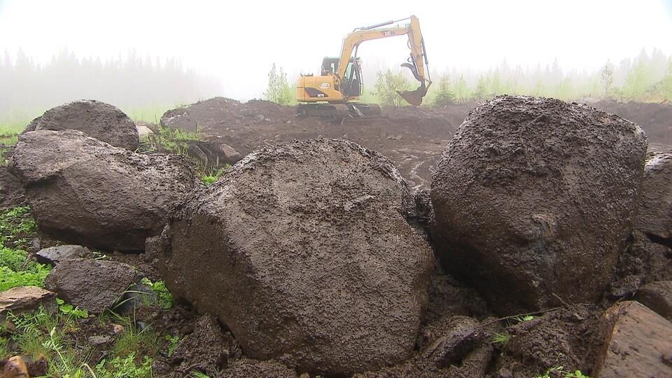 Une pelle mécanique extrait de la roche.