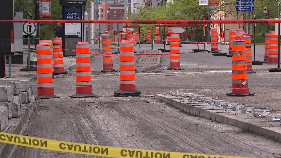 Un chantier sur le boulevard René-Lévesque, à Montréal, où on aperçoit plusieurs cônes oranges.