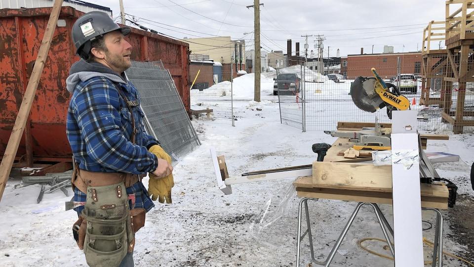 Un travailleur de la construction qui travaille sur un chantier.