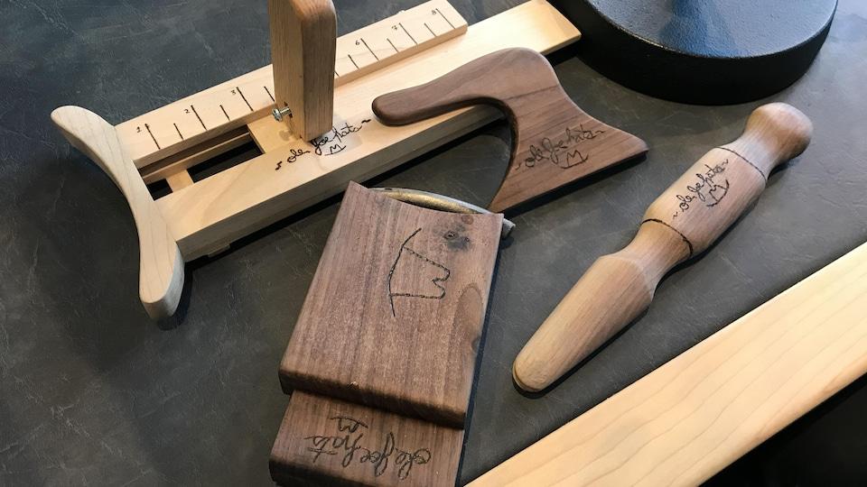 Des outils en bois où on a gravé au fer chaud «De Joe Hats».