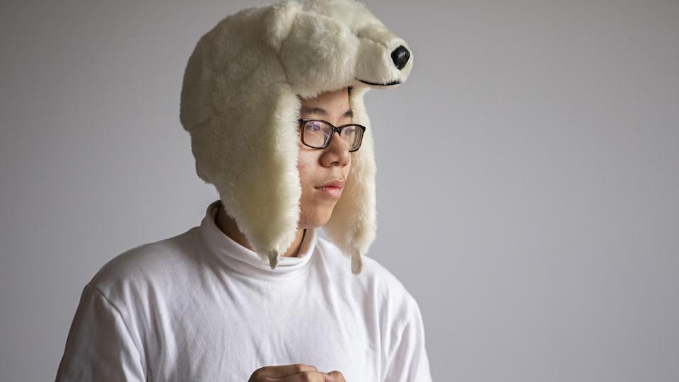 Un élève avec un chapeau en forme d'ours polaire