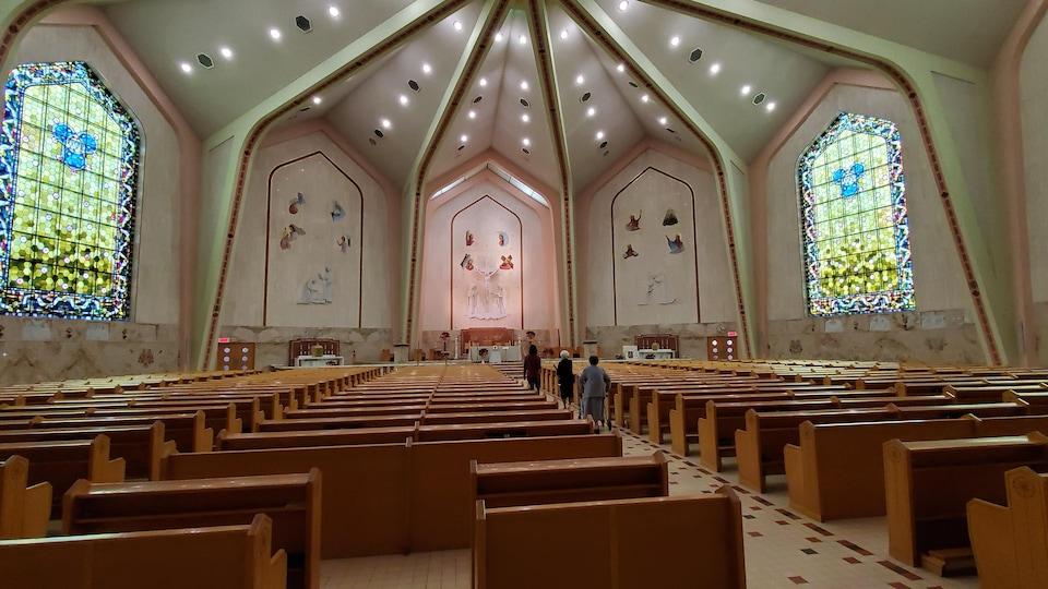 La grande chapelle de la Congrégation des Sœurs de Notre-Dame du Saint-Rosaire, à Rimouski, peut contenir environ 1000 personnes.