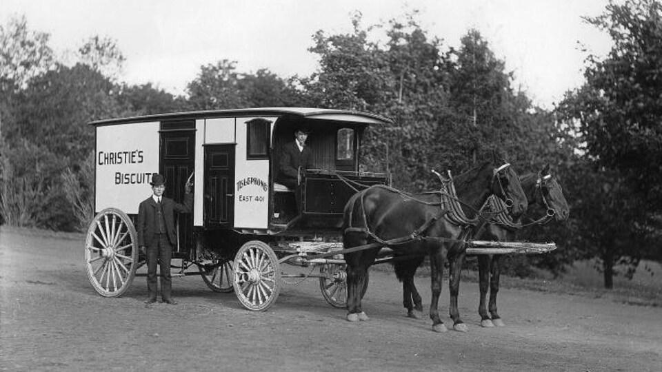 Une charrette de biscuits Christie à Montréal en 1904.