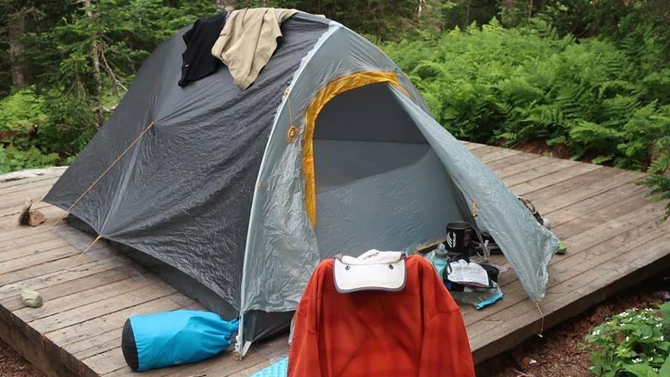 Une tente posée sur une plateforme.