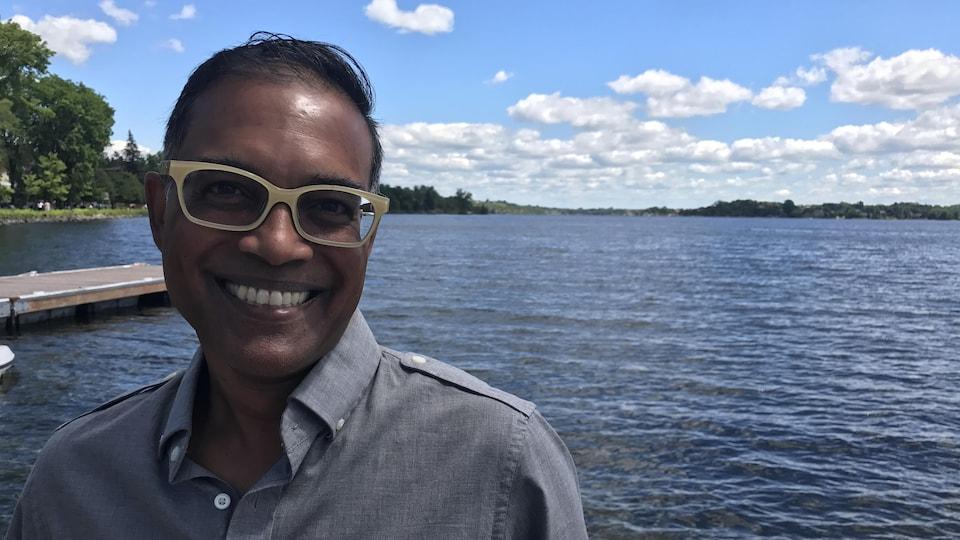 Charles Ramcharan devant un lac.