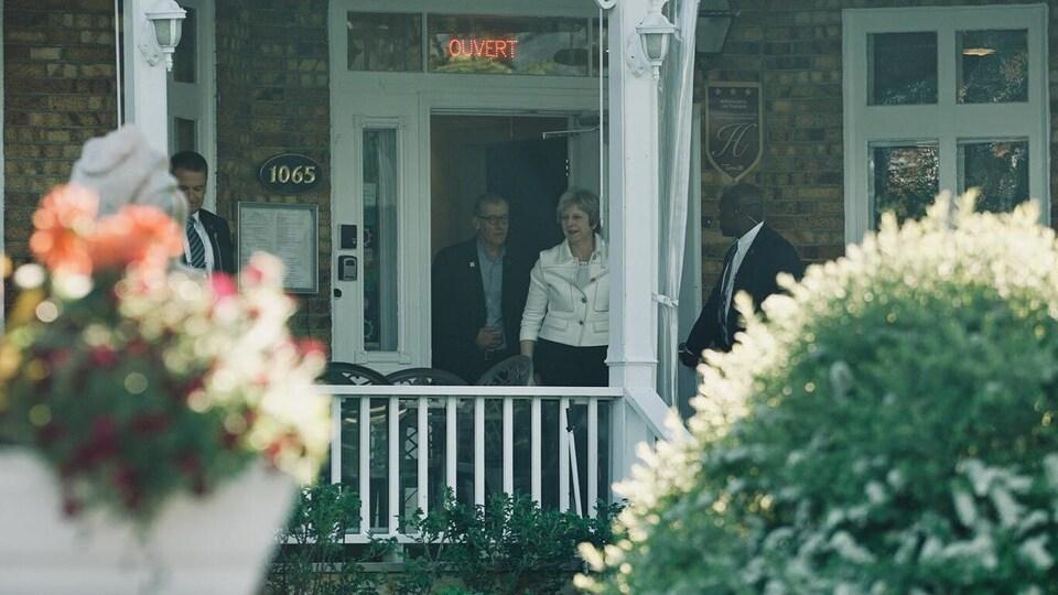 Theresa May à sa sortie de chez Truchon