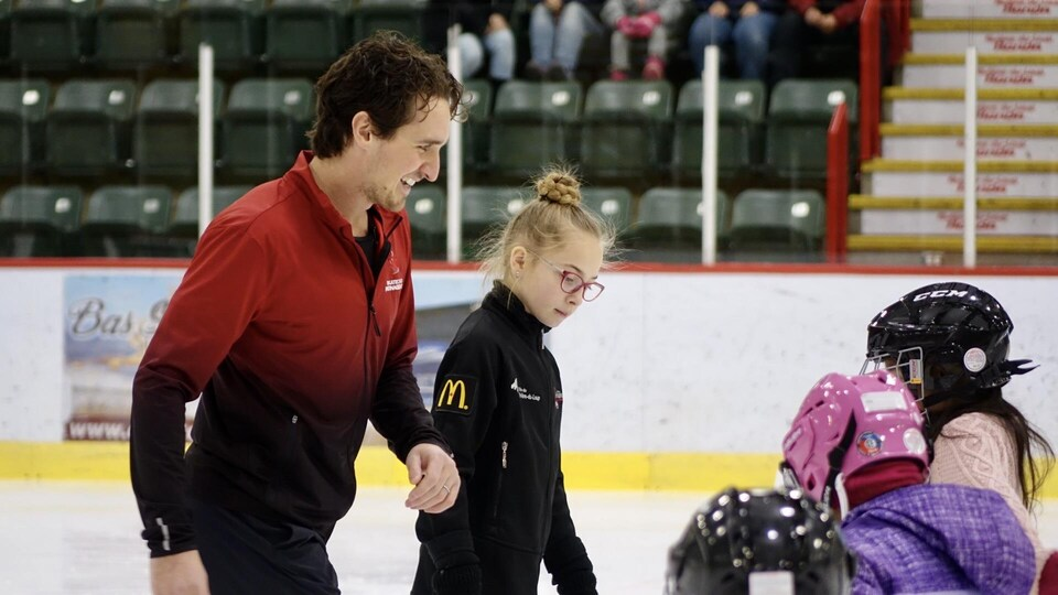 Charlie Bilodeau et trois jeunes patineuses