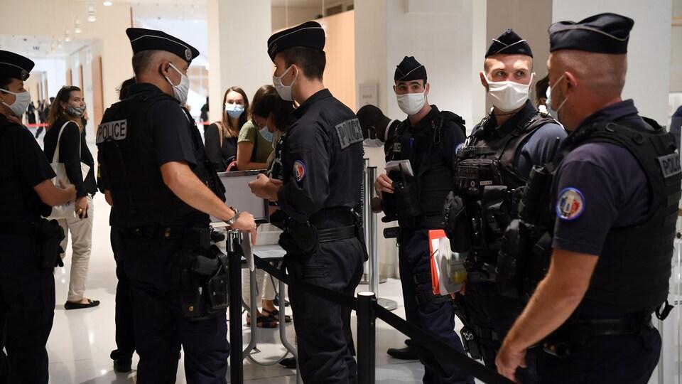 Des policiers au palais de justice de Paris
