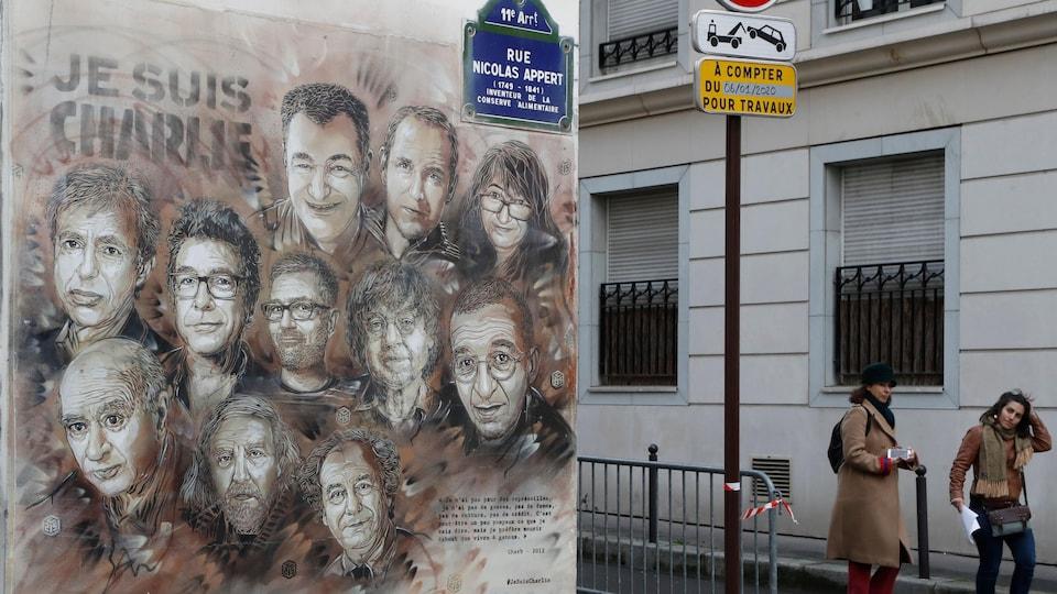Les visages des victimes sont peints sur un des murs des anciens locaux de « Charlie Hebdo ».