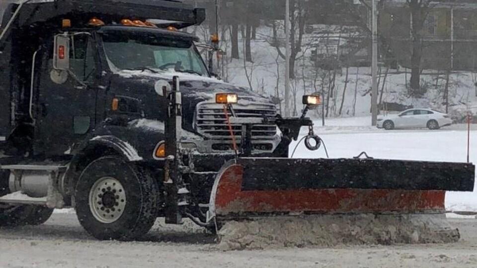 Un chasse-neige déblaie une rue à Halifax