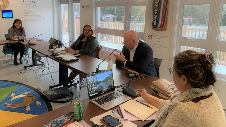 Le ministre responsable des Affaires autochtones, Ian Lafrenière, la grande cheffe du Conseil tribal de la nation algonquine Anishinabeg, Verna Polson, et deux autres cheffes discutent autour d'une table