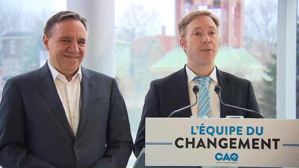 François Legault et Youri Chassin, dimanche, lors de l'annonce de la candidature de l'économiste dans Saint-Jérôme
