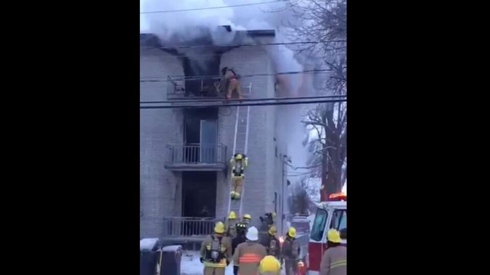 Pompier dans une échelle