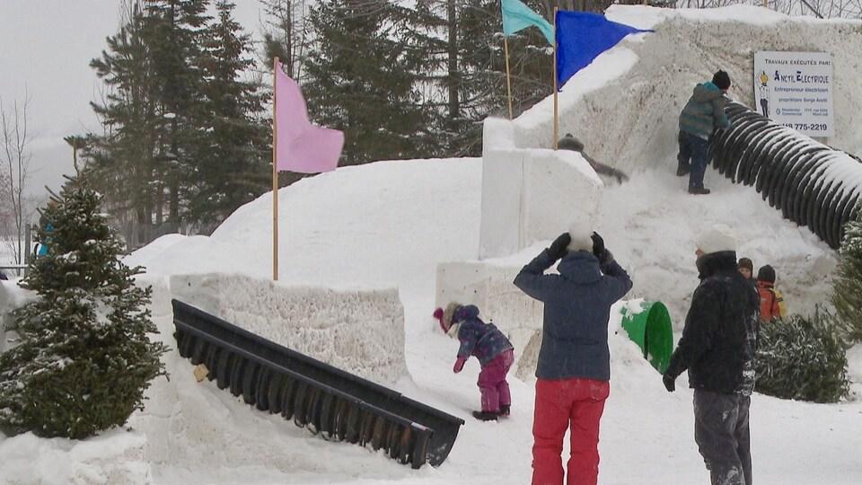 Une famille joue autour du château.