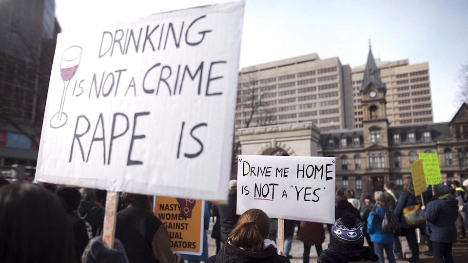 Manifestations à Halifax le 7 mars 2017 après la décision du juge Gregory Lenehan d'acquitter un chauffeur de taxi accusé d'agression sexuelle.