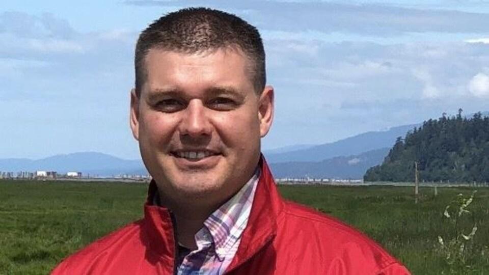 Gerry Duquette portant un manteau rouge.