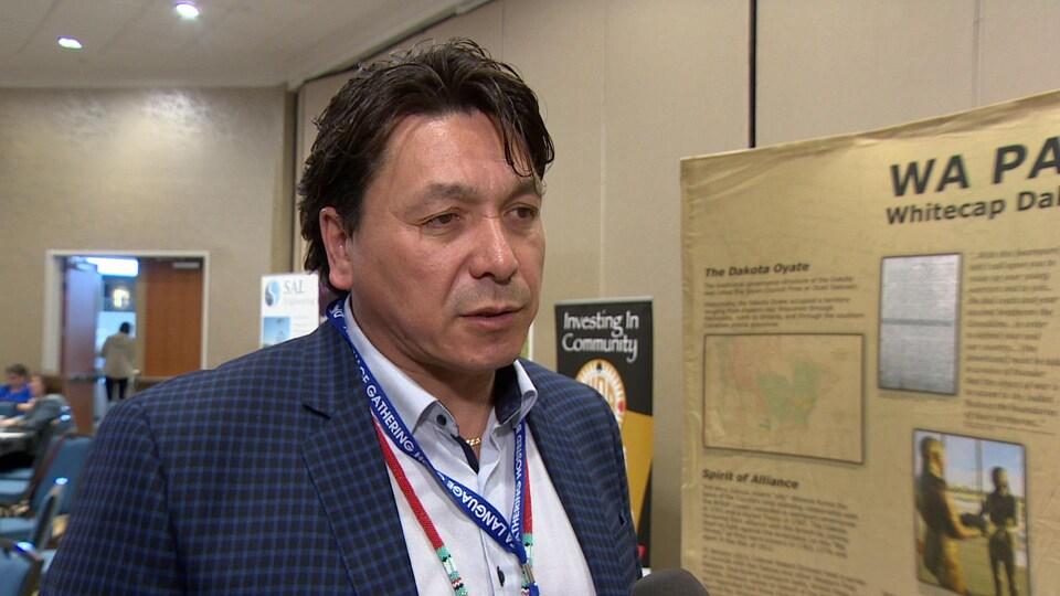 Darcy Bear, en entrevue lors de la conférence sur la langue Dakota.