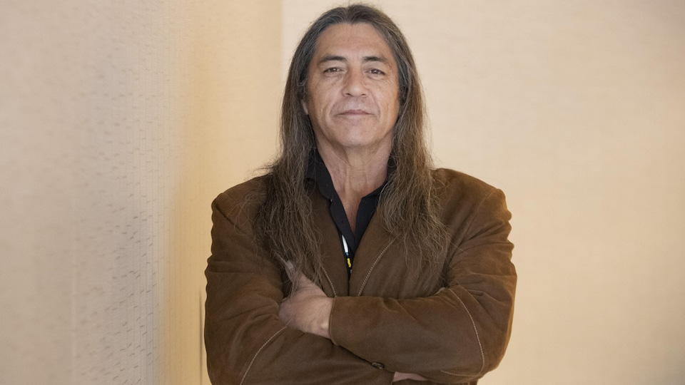 Le grand chef de Kanesatake, Serge Otsi Simon, pose pour la caméra le 27 janvier 2020.