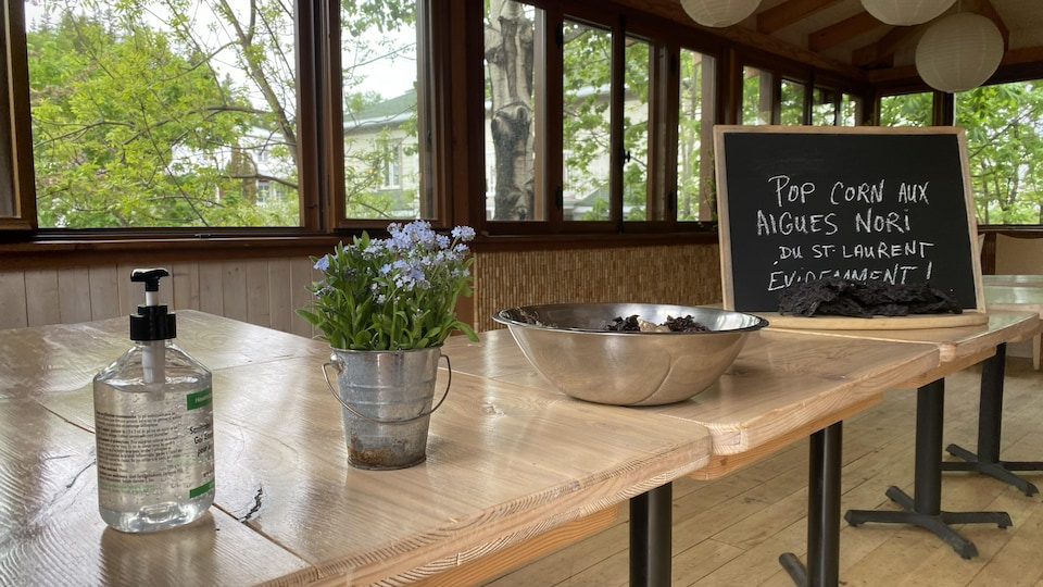 Une affiche indique le menu : pop corn aux algues nori du Saint-Laurent, évidemment!