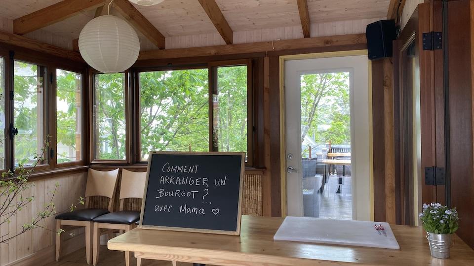 Une affiche indique l'atelier culinaire du jour : comment arranger un bourgot? Avec mama.