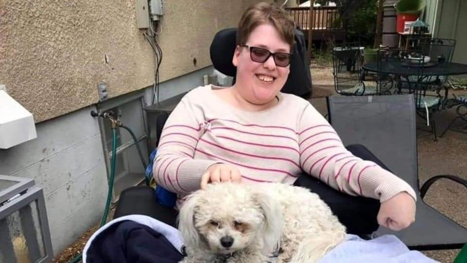 Chelsea Dreher avec un chien sur les genoux.