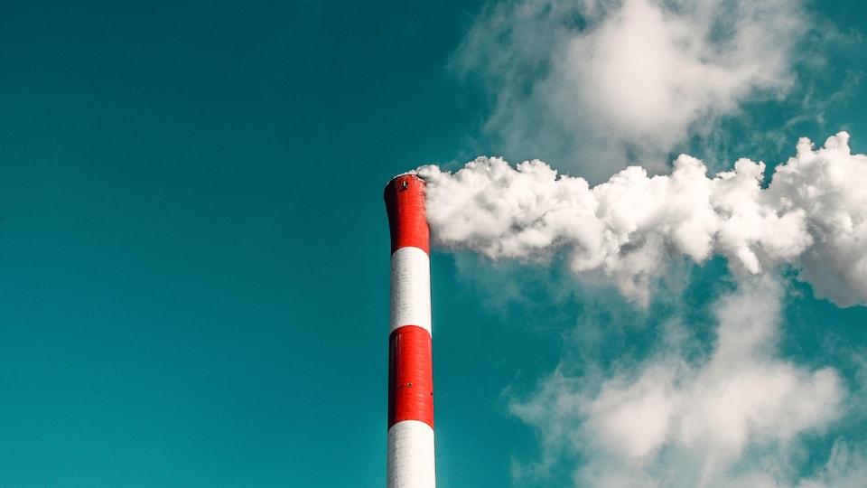 Fumée s'échappant d'une cheminée industrielle.