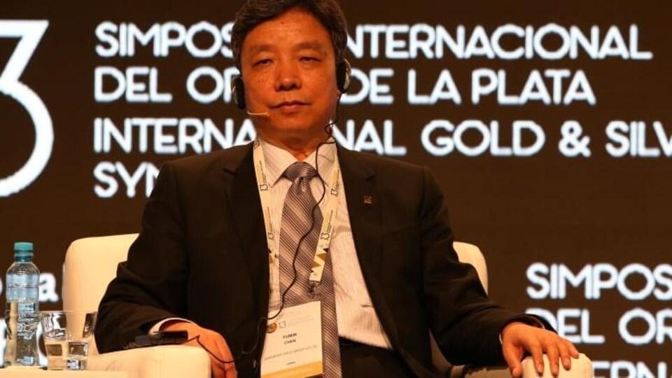 Chen Yumin sur scène, lors d'une conférence internationale sur l'or.