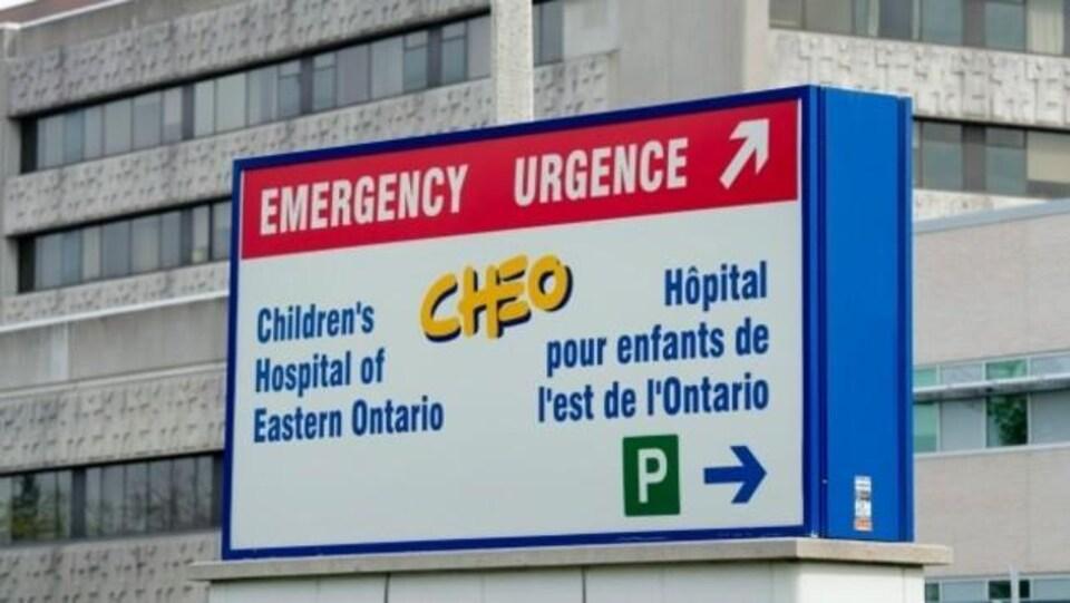 Une borne indique le stationnement et l'entrée de l'urgence du CHEO