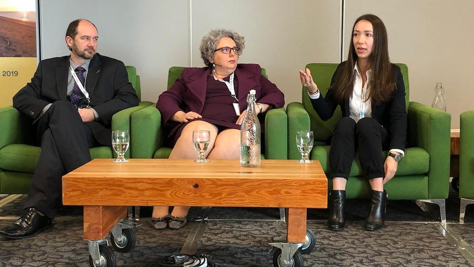 Trois personnes discutent, assises côte à côte