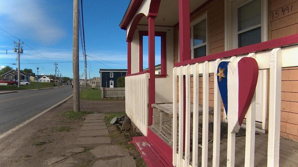 Une maison à Chéticamp arbore un coeur à l'effigie du drapeau acadien.