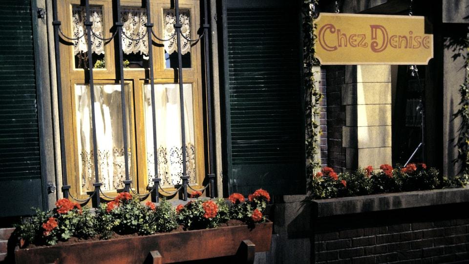 Le mur extérieur du restaurant avec l'enseigne Chez Denise.