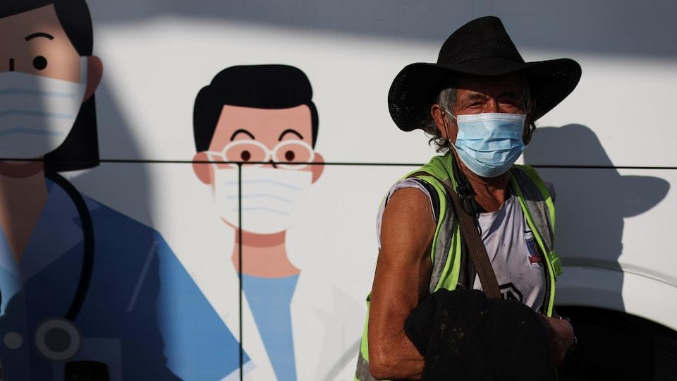 Un homme attend devant une clinique de vaccination mobile à Santiago, au Chili.