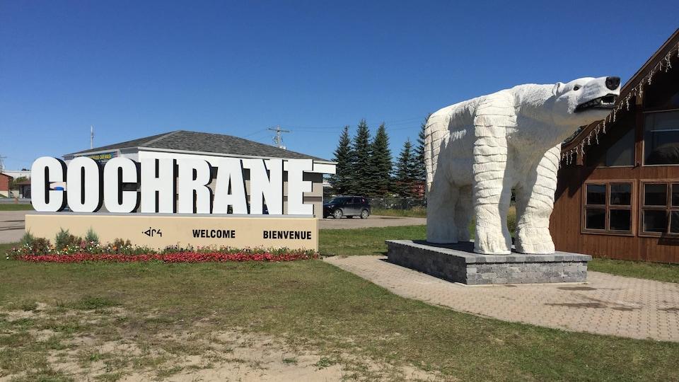 Une statue d'un ours polaire à l'entrée de Cochrane, en Ontario.
