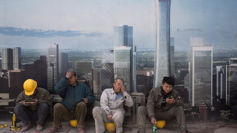 Des travailleurs de la China Communications Construction Company prennent une pause.