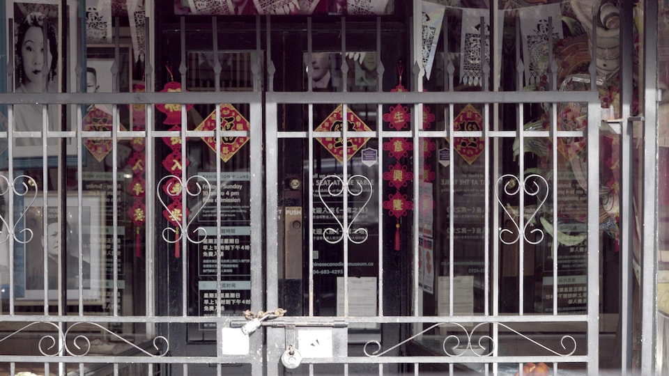 Les portes d'une boutique de Chinatown à Vancouver sont verrouillées avec un cadenas.