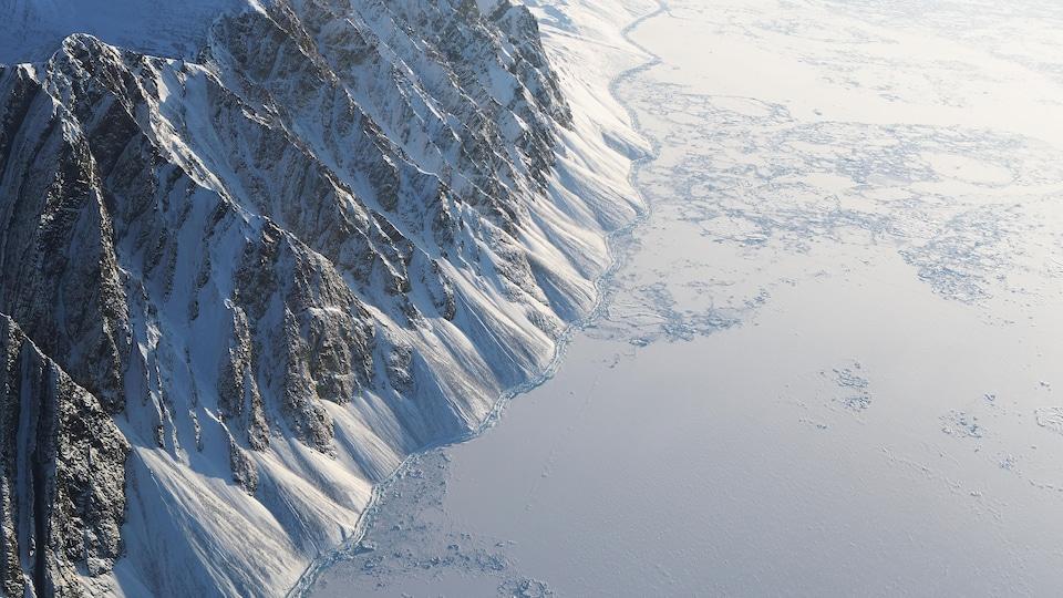 Une vue aérienne de l'île d'Ellesmere au Nunavut, le long de l'océan Arctique