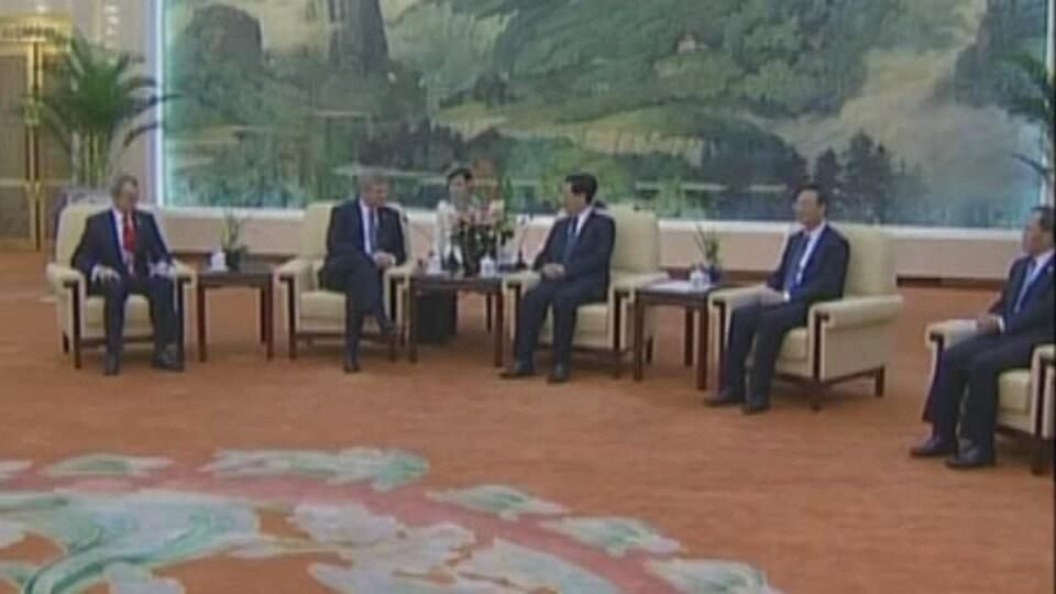 L'ancien premier ministre Stephen Harper en discussion avec les autorités chinoises à Pékin.