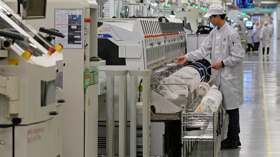 Un employé travaille sur une chaîne de production dans une usine de Huawei.